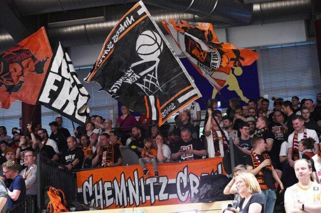 <p>Die Chemnitz Crew feuert ihr Team an.</p>