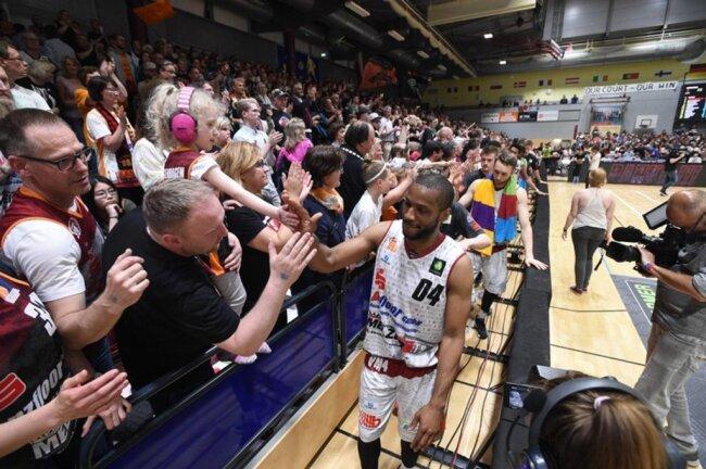 <p>Niners bedanken sich bei den Fans für die Unterstützung.</p>