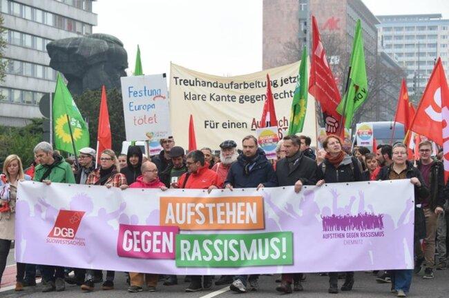 """<p>Breite Front gegen rechts: In der ersten Reihe der Demo laufen Hanka Kliese (SPD-Landtagsmitglied), Volkmar Zschocke (Grünen-Landtagsmitglied), Susanne Schaper (Landtagsmitglied Linke), Frank Müller-Rosentritt (FDP-Bundestagsmitglied), Alexander Dierks (CDU-Generalsekretär Sachsen), Martin Dulig (SPD-Vorsitzender Sachsen), Ralf Hron (DGB-Regionalchef), Gabi Engelhardt (Aufstehen gegen Rassismus). Dahinter Sprechchöre """"Nationalismus raus aus den Köpfen!"""".</p>"""