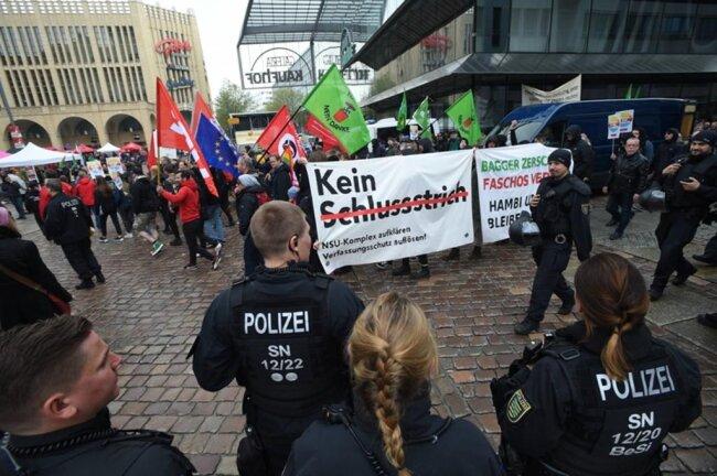 <p>Die Polizei trennte die Lager von Teilnehmern der Gewerkschafts-Kundgebung auf dem Neumarkt und der AfD-Veranstaltung auf dem Markt nebenan.</p>