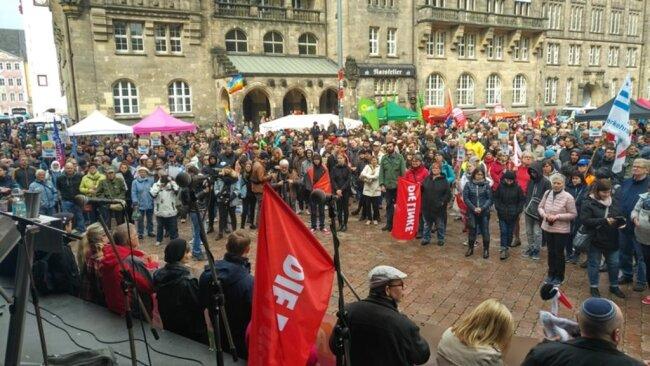 <p>Bis zu 2300 Menschen nahmen laut Versammlungsbehörde an der Veranstaltung auf dem Neumarkt daran teil.</p>
