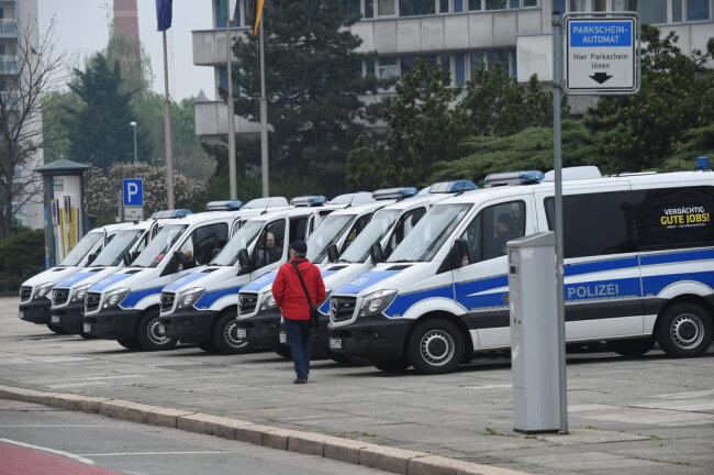 """<p>Sichtbare Polizeipräsenz am Morgen vor dem """"Nischel"""" in Chemnitz. 300 Kräfte waren am Mittwoch in Chemnitz im Einsatz.</p>"""