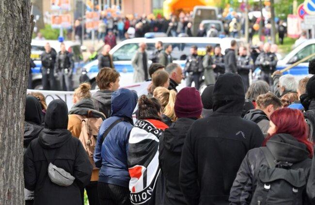 <p>Laut Polizei demonstrierten 120 Menschen spontan gegen den an der Brauhausstraße geplanten Bürgertreff der Gruppierung.</p>