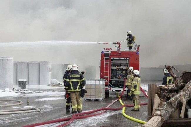 <p>Die Feuerwehr musste am Donnerstagmorgen zu einem Einsatz in die Lindenstraße in Mühlau ausrücken.</p>