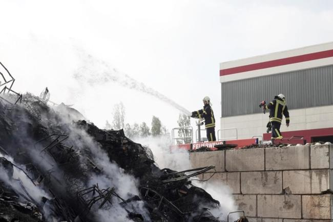 <p>Eine große Rauchwolke zog von der Entsorgungsanlage in Richtung Hartmannsdorf und Burgstädt.</p>