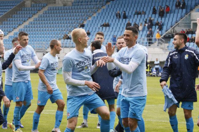<p>Die Mannschaft feiert die Meisterschaft in der&nbsp;Regionalliga Nordost.</p>