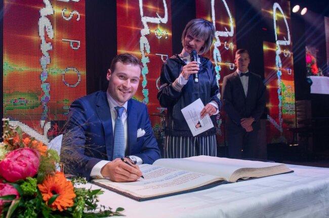 <p>Er durfte sich auch in das Goldene Buch der Stadt Chemnitz eintragen.</p>