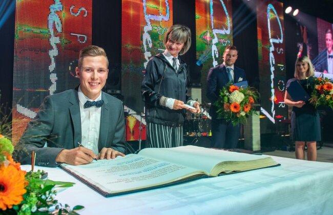 <p>Auch Dreispringer Max Heß trug sich in das Goldene Buch ein.</p>