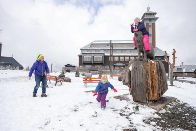 <p>Erik Schulze konnte auf dem Fichtelberg mit seinen Töchtern Mathilda und Frieda sogar eine Schneeballschlacht machen.</p>