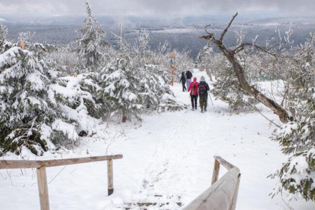 <p>Schnee fiel bis auf eine Höhe von 600 Metern, im Bild der Fichtelberg.</p>