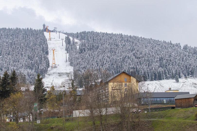 <p>In Sachsen fiel am Samstag vor allem in den Bergen Schnee, wie Florian Engelmann vom Deutschen Wetterdienst in Leipzig sagte.</p>