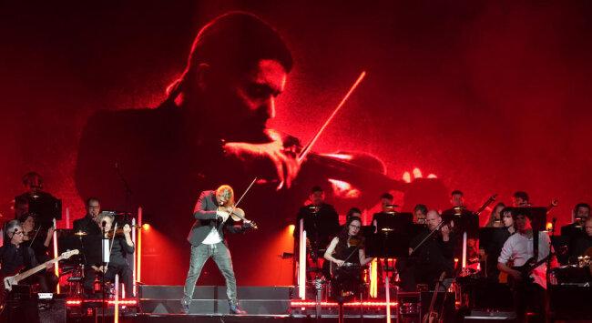 <p>Vor 5500 Zuschauern präsentierte der 38-Jährige am Samstagabendin Chemnitz zum Auftakt seiner Tour mit dem Titel «Unlimited-Greatest Hits-Live 2019» einen Querschnitt aus zehn Jahren Crossover.</p>