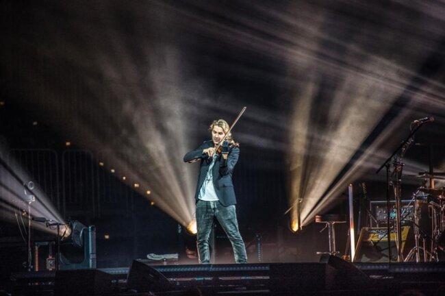 <p>Auf der Bühne entfalteten die Neue Philharmonie Frankfurt und seine Band einen wuchtigen Sound, aus dem Garrett mit seiner Geige virtuos herausstach.</p>
