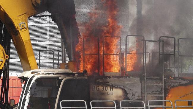 <p>Brandursache war nach ersten Informationen ein geplatzter Hydraulikschlauch.&nbsp;</p>