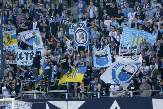 <p>Nach dem Spiel stand eine Feier mit den Fans vor dem Stadion an.</p>