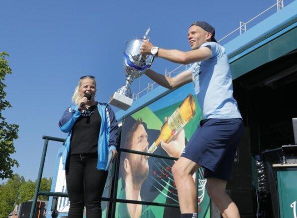 <p>Mannschaftskapitän Dennis Grote hielt den Pokal hoch. Er verlässt den CFC auf eigenen Wunsch vorzeitig zum 30.06.2019.</p>