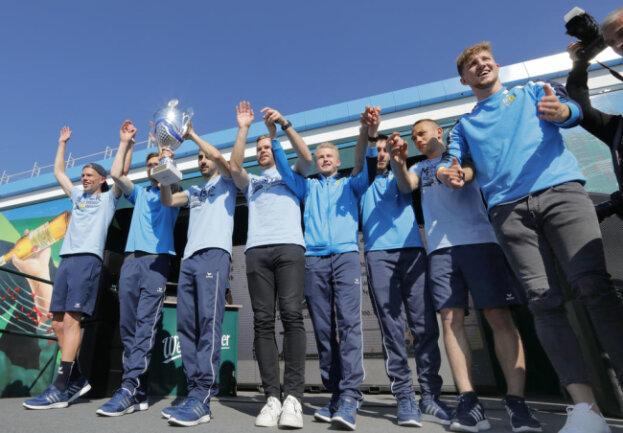 <p>Die Mannschaft ließ sich von den Fans feiern.</p>