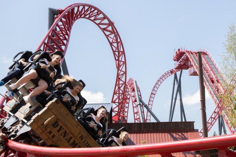 <p>Der sogenannte Big Dipper Coaster fährt mit einer Geschwindigkeit von bis zu 100 Kilometern pro Stunde auf der 500 Meter langen Schienenstrecke.</p>
