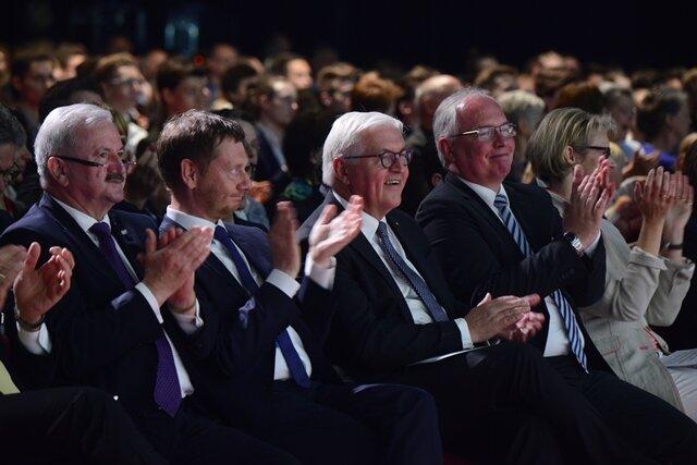 <p>... darunter Bundespräsident Frank Walter Steinmeier und Sachsens Ministerpräsident Michael Kretschmer.</p>