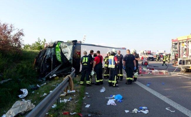 <p>Demnach überschlug sich der Bus des Unternehmens Flixbus zwischen den Anschlussstellen Leipzig-West und Bad Dürrenberg.</p>