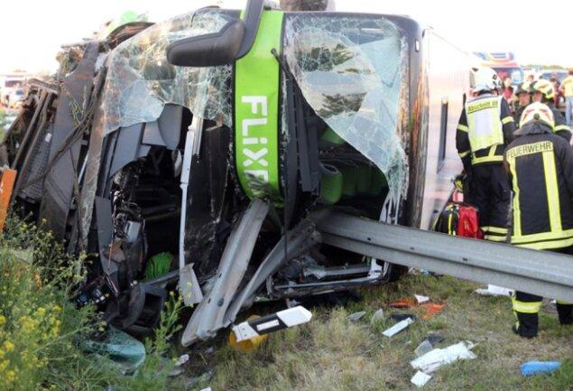 <p>Mindestens 13 Personen erlitten bei dem Unfall nach ersten Erkenntnissen schwere Verletzungen, wie ein Polizeisprecher der Deutschen Presse-Agentur sagte.</p>