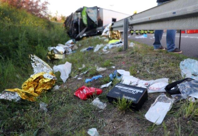 <p>Nach Angaben der Polizei waren zum Zeitpunkt des Unfalls mehr als 70 Fahrgäste an Bord des Busses. Die A9 wurde an der Unfallstelle in beide Richtungen voll gesperrt. Weitere Details lagen zunächst nicht vor.</p>