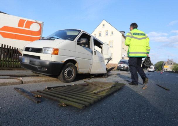 <p>Der Laster zertrümmerte zwei geparkte Transporter und kam im Garten eines Grundstücks zum Stehen.</p>