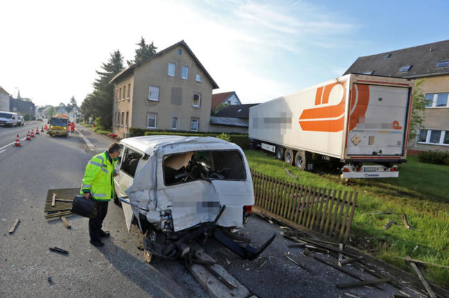 <p>Ein Laster befuhr die Straße in Richtung Chemnitz, der Fahrer verlor die Kontrolle über sein Fahrzeug und kam von der Fahrbahn ab.</p>