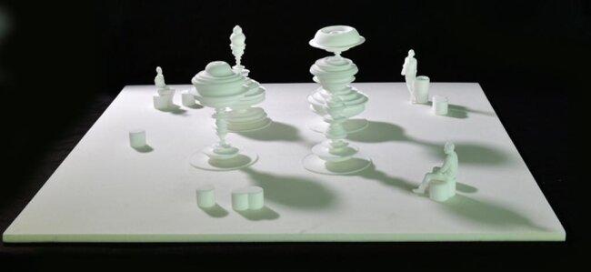 """<p>Daniel Widrig Entwurf """"Manifold"""": Vier kreiselförmige Elemente seines Brunnenentwurfs haben in ihrer Symmetrie trotz abstrakter Form etwas Figürliches. Handelt es sich um eine Menschengruppe oder um Maschinenteile? Die Formen stehen im Dialog zueinander und mit den Bewohnern der Stadt. Der Besucher findet sich selbst, andere Menschen und die Architektur des Platzes in den Spiegelungen der Wasseroberfläche wieder. So ist der Brunnen mehr als nur ein Wasserspender oder eine Skulptur. Als Installation hinterfragt er unsere Wahrnehmung des Stadtraums, unserer Umgebung und uns selbst. Ein Entwurf der einen Bogen zu gesellschaftspolitischen Themen schlägt als Zeichen für Vielfalt, Offenheit, Dialog und Toleranz in Chemnitz.</p>"""