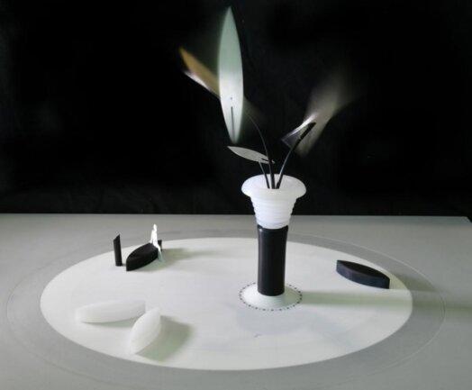 """<p>Rolf Lieberknecht Entwurf """"Silberbrunnen"""": Wasser, Wind und Licht sind die Elemente, die den Silberbrunnen zu einem ganzjährigen Anziehungspunkt machen. Der Entwurf erinnert an die Geschichte des Silberbergbaus im Erzgebirge. Er gleicht einem von Wasser umströmten Gefäß, über dem vom Wind bewegte Elemente leicht, langsam und lautlos schwingen. Überquellendes Wasser ergießt sich als Lichtdurchfluteter Wasservorhang und wirkt insbesondere bei Dunkelheit wie ein schwirrender Strom aus scheinbar flüssigem Silber. Sitzbänke und ein Trinkbrunnen sind der Szene zugeordnet. Ein idealer Ort um sich zu treffen und im Sommer auch ein Badespaß für Kinder.</p>"""