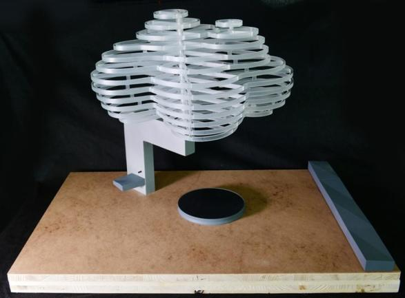 """<p>Thorsten Goldberg und Bruno Röver Entwurf """"Wolkenskulptur"""": Weithin sichtbares Element des Ensembles ist eine Wolkenskulptur, die auf einem Kragarm sitzt und feinen Nebel versprüht. Durch den Nebel ist der Bereich um die Wolke im Sommer angenehm kühl. An dunklen Wintertagen ist die Wolke Skulptur und Lichtinsel. Zwei Trinkwasserstellen erfüllen direkte Zwecke, das runde Becken kann zur Anschauung oder spielerisch genutzt werden und die große Sitzbank lädt zum Verweilen ein. Das Ensemble zentriert den Platz und ist neuer Treff- und Ruhepunkt. Als alltägliche Naturerscheinung ist uns die Wolke vertraut. Als Zeichen steht sie für Jenseits, Fernweh, Freiheit – eine universelle Sehnsuchtsmetapher.</p>"""