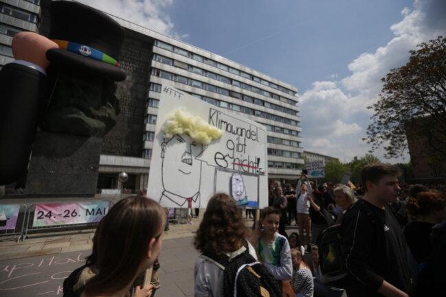 <p>Die Veranstaltung begann am Nachmittag vor dem Marx-Monument.</p>