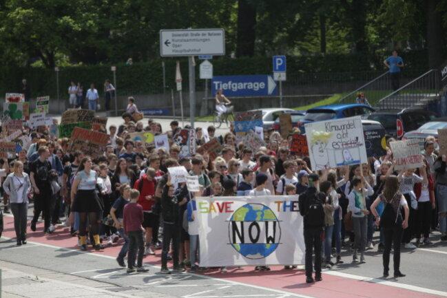 <p>Laut den Veranstaltern haben in Chemnitz 700 Menschen an der Demonstration durch die Stadt teilgenommen.</p>