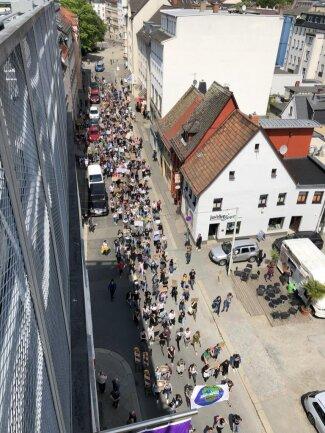 <p>Mehrere hundert Menschen zogen über den Georgenplatz durch die Stadt.</p>