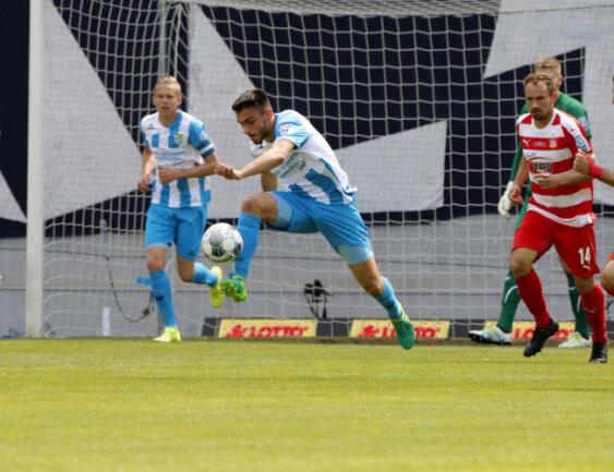 <p>Johannes Kardanidis erkämpft sich den Ball.</p>