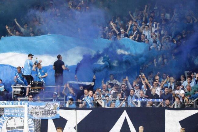 <p>Pyro-Einlage der Chemnitzer Fans - das Spiel musste deshalb unterbrochen werden.</p>