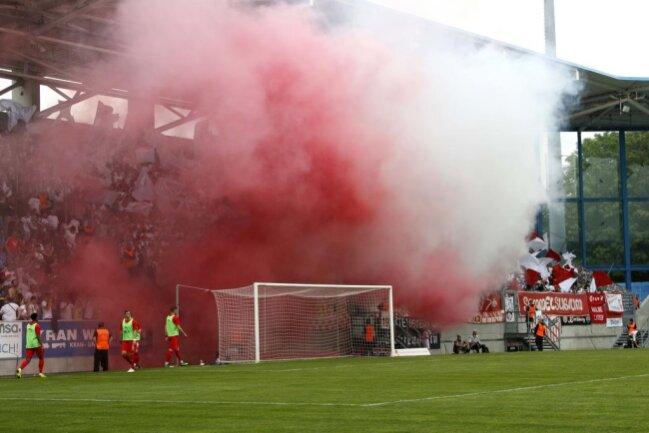 <p>Auch die Zwickauer Fans sorgten für Rauch im Stadion. Es gab fünf Minuten Nachspielzeit.</p>