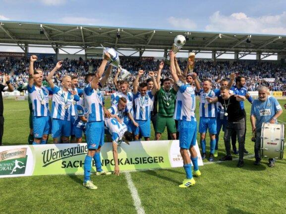 <p>Da ist der Pokal: Der CFC bejubelt den Sieg im Finale.</p>