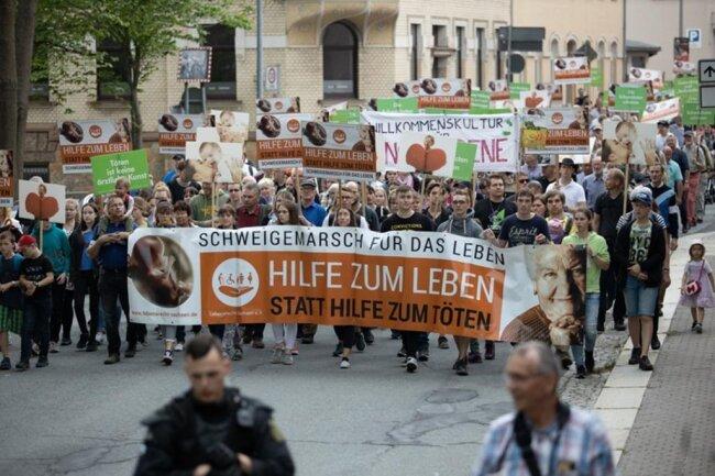 <p>Die Polizei zählte etwa 500 Teilnehmer, der Veranstalter – der Verein Lebensrecht Sachsen – mehr als 700.</p>