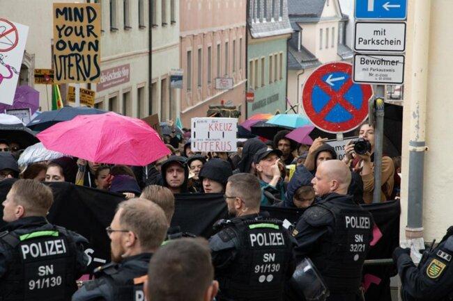 """<p>Das Bündnis Pro Choice Sachsen hatte zum Protest aufgerufen. Es erklangen Rufe wie """"Fundamentalismus raus aus den Köpfen"""" und Pfiffe. Die Polizei trennte den Schweigemarsch von den Gegendemonstranten.</p>"""