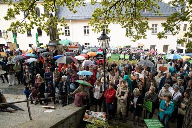 <p>Während der Abschlusskundgebung der Abtreibungsgegner trennten nur wenige Meter die beiden Lager. Diese kritisieren auf gegensätzliche Weise die Abtreibungspraxis in Deutschland, die in den Paragrafen 218 und 219 im Strafgesetzbuch geregelt ist.</p>