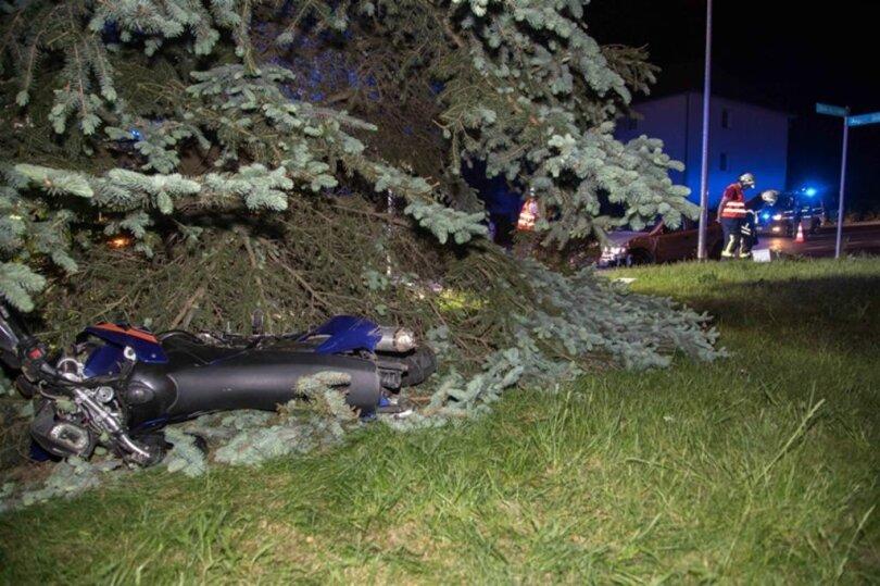 <p>Bei einem Zusammenstoß mit einem Auto ist ein 17-jähriger Motorradfahrer schwer verletzt worden.</p>