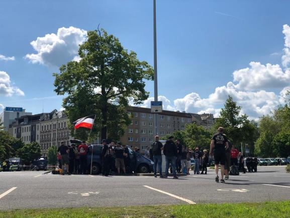 <p>Am Parkplatz an der Johanniskirche sammeln sich Teilnehmer der rechten Demo.</p>