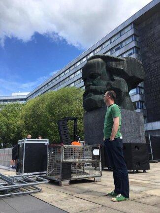 """<p>Am Marx-Monument wird die Bühne für das Konzert """"Am Kopp"""" aufgebaut. Am Nachmittag gibt es dort bei freiem Eintritt ein Open-Air-Konzert mit mehreren Bands, u.a. Waving The Guns.</p>"""