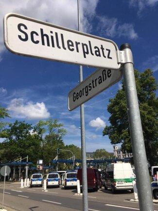 """<p>Auch am Schillerplatz, wo später die Demo der Nazi-Gegner startet, dominiert derzeit noch die Polizei das Bild. Gitter verhindern, dass Besucher des """"Tags der deutschen Zukunft"""" auf Gegendemonstranten treffen.</p>"""