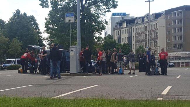 <p>Am Parkplatz an der Bahnhofstraße versammeln sich erste Teilnehmer. Sie gehören vermutlich zur rechten Demo.&nbsp;</p>