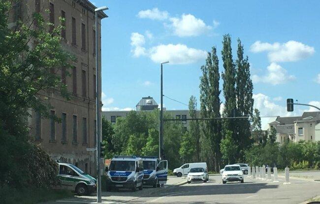 <p>Auf dem Dresdener Platz auf dem Sonnenberg herrscht massives Polizeiaufgebot.. In den Nebenstraßen irren Autofahrer umher und suchen einen Weg in die Innenstadt.</p>