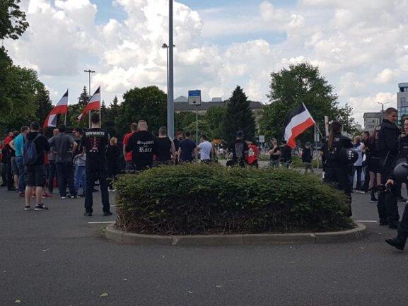 <p>Rechte Demonstranten mit Fahnen. Sie warten auf den Beginn.</p>