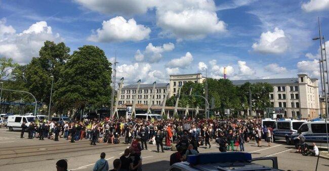 <p>Mittlerweile haben sich mehrere hundert Menschen zur Gegendemo am Schillerplatz eingefunden.</p>