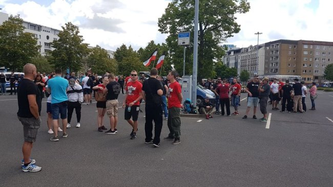 <p>An der Augustusburger Straße versammeln sich mehr rechte Demonstranten.&nbsp;</p>